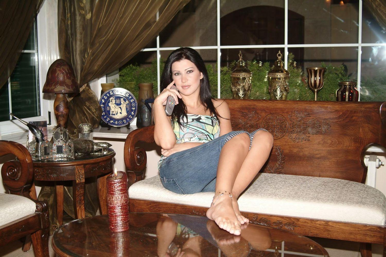 جمانا مراد وصورة في بيتها بالشورت الطويل