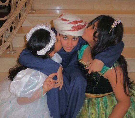 فاطمة ولولو يقبلان شقيقهما