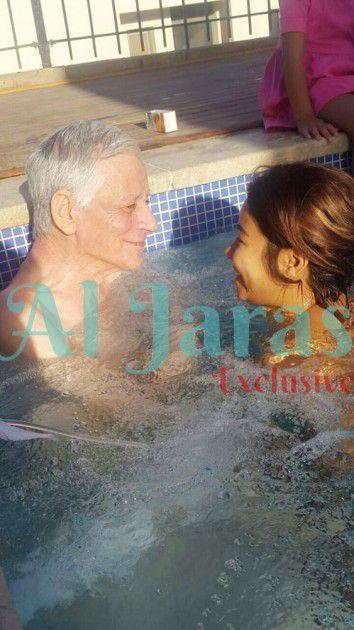 شيرين عبد الوهاب ووالدها في حوض السباحة