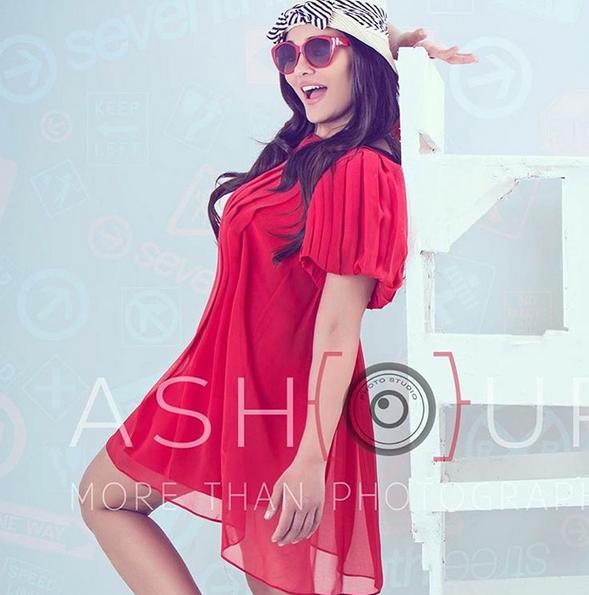 البحيري بفستان أحمر قصير