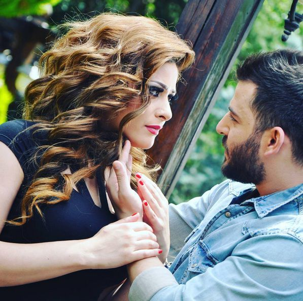 النجمة السورية إمارات رزق وزوجها الفنان حسام جنيد بصورة رومانسية