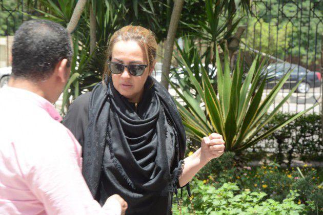 المطربة المصرية شيرين وجدي في جنازة والدها