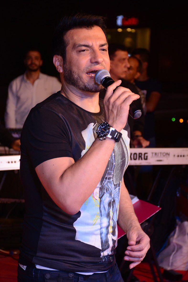 إيهاب توفيق يغني لجمهوره