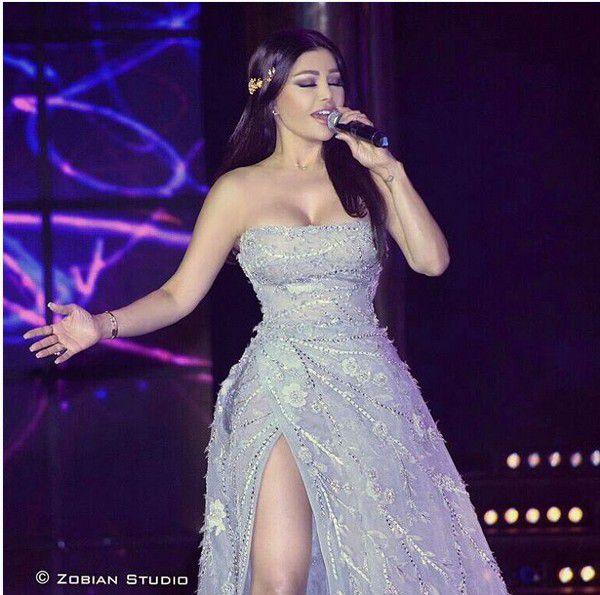 هيفا وهبي بالفستان الفضي في حفل انتخاب ملك جمال لبنان