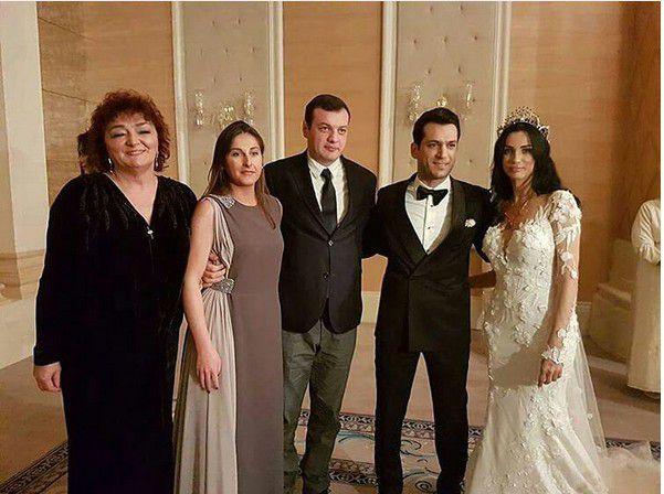 مراد يلدريم وزوجته إيمان الباني مع عائلتهما