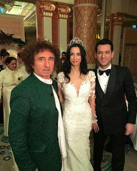 مراد يلدريم وزوجته إيمان الباني مع أحد المدعوين