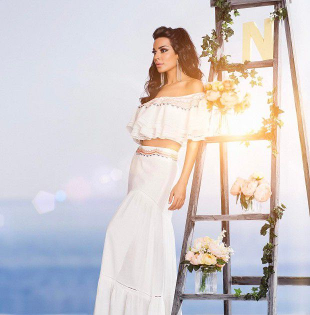 النجمة اللبنانية نادين نجيم بإطلالة جميلة ومثيرة في آن واحد
