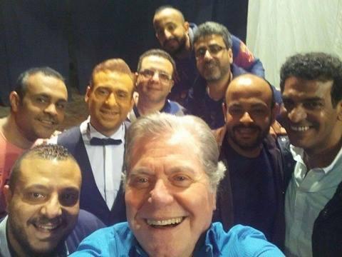 حسين فهمي وسيلفي مع أبطال عمل مسلسل السر