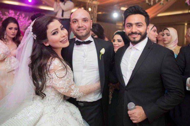 الفنان المصري تامر حسني برفقة العروسين