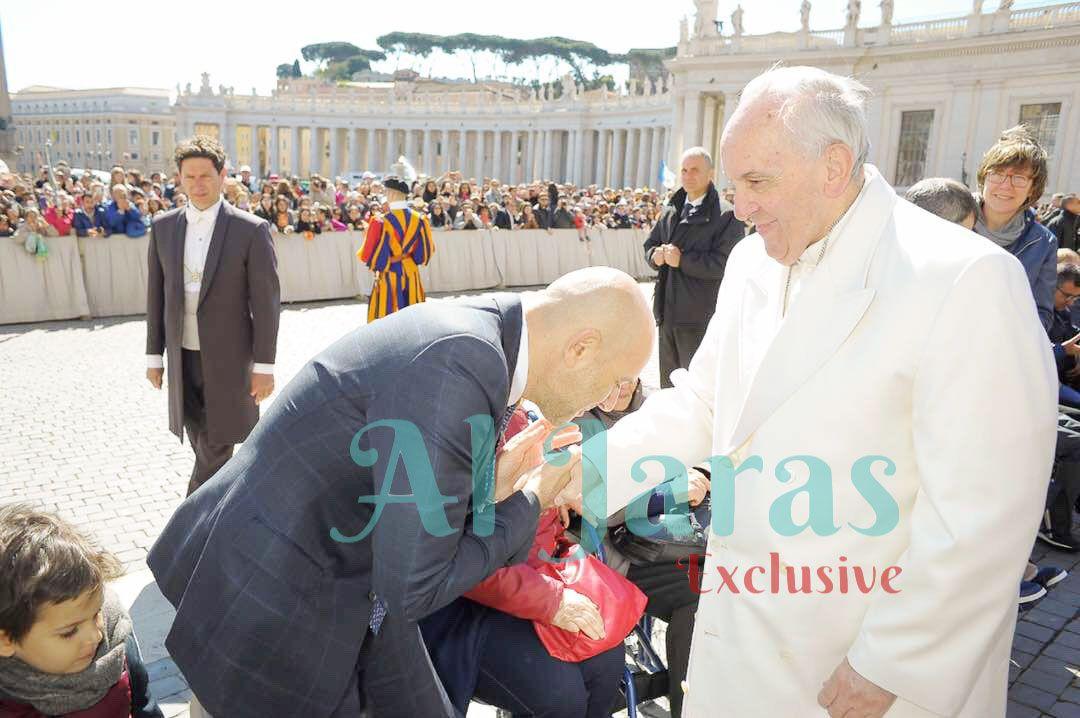 البابا فرنسيس الأول والإعلامي اللبناني ريكاردو كرم يقبّل يده