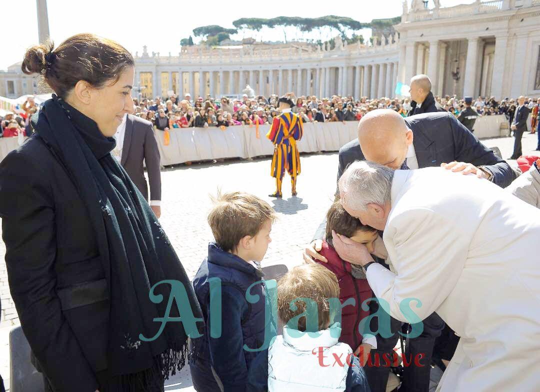 البابا فرنسيس ينحني ليقبّلأ ابن ريكاردو كرم في عيده السادس