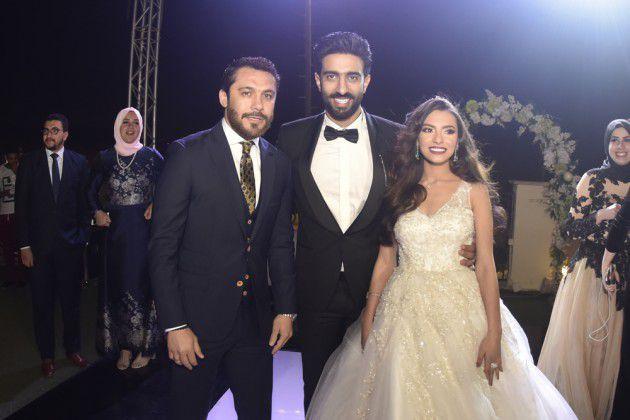 العميد احمد حسن مع العروسين