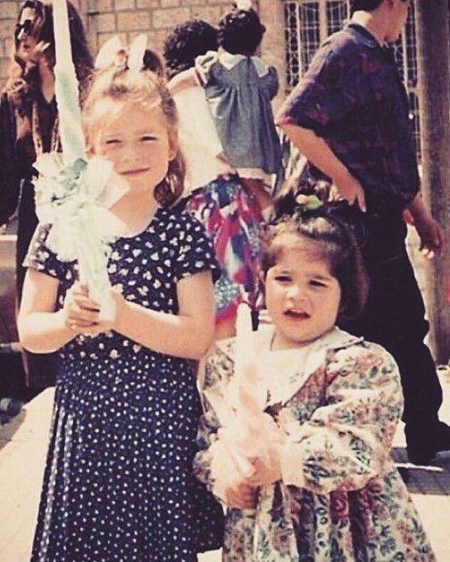 باميلا الكيك وصورة قديمة مع شقيقتها