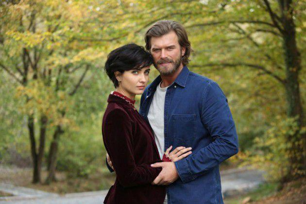 النجمان التركيان بويوكستون وكيفانش تاتليتوغ في لقطة من مسلسلهما الجديد (جسور والجميلة)