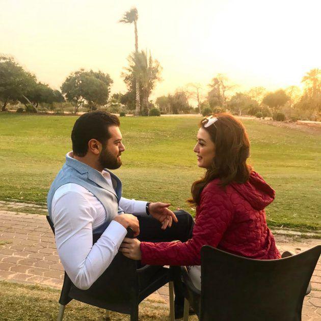النجم عمر يوسف وزوجته الفنانة السورية كندة علوش بلقطة رومانسية