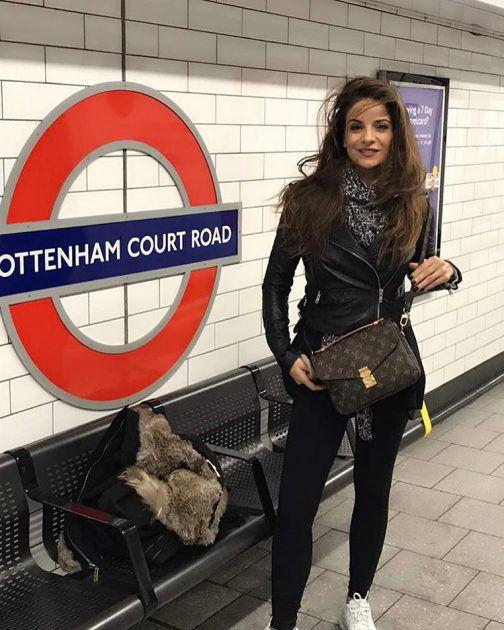 الإعلامية اللبنانية هيلدا خليفة في محطة المترو في لندن