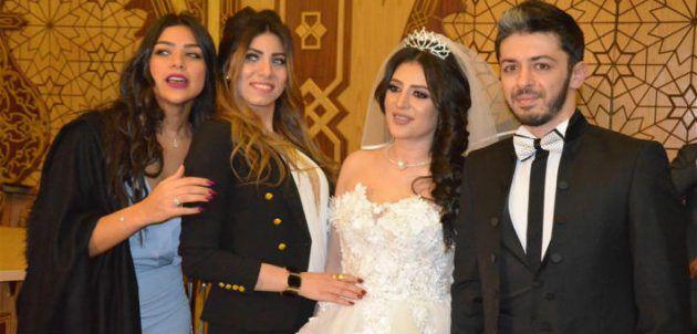 الزوجان هيثم محمد ووفاء قمر مع أصدقائهما في حفل عقد قرانهما