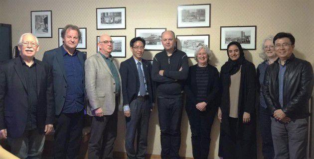 صورة جماعية (مروة العقروبي مع عدد من أعضاء اللجنة التنفيذية للمجلس الدولي لكتب اليافعين).