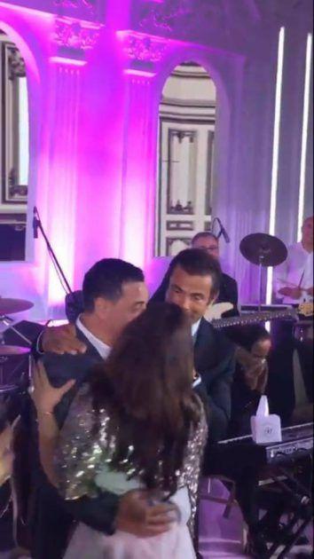 النجمة السورية أصالة تتكلم مع المطرب المصري عمرو دياب، خلال حضورهما إحدى حفلات الزفاف