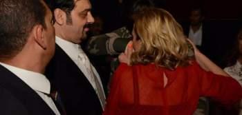 الممثلة ريم البارودي تقبل يد الراقصة فيفي عبده