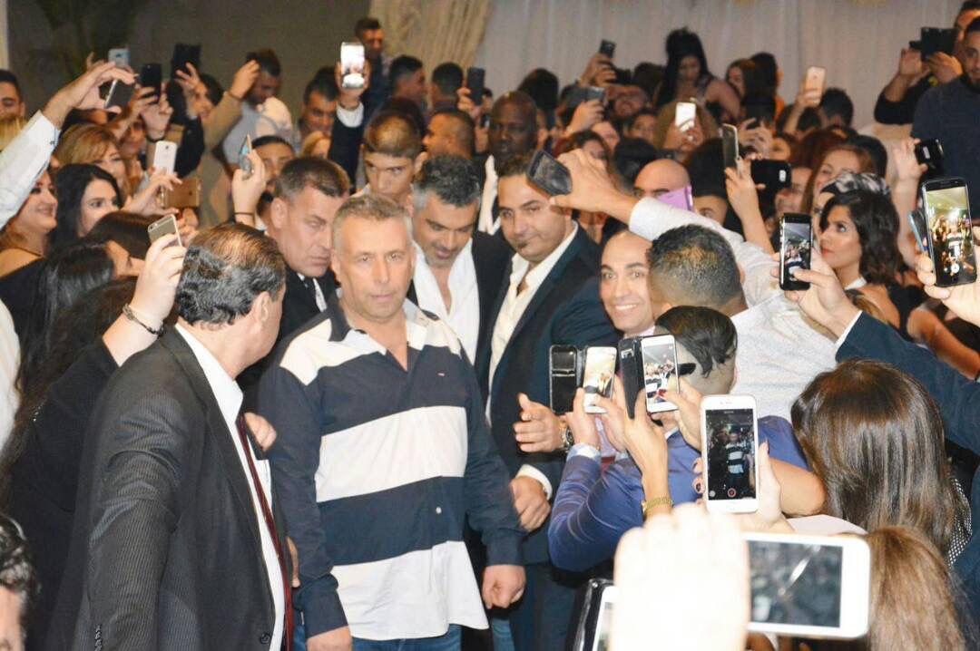 فارس كرم محاطاً بجمهوره