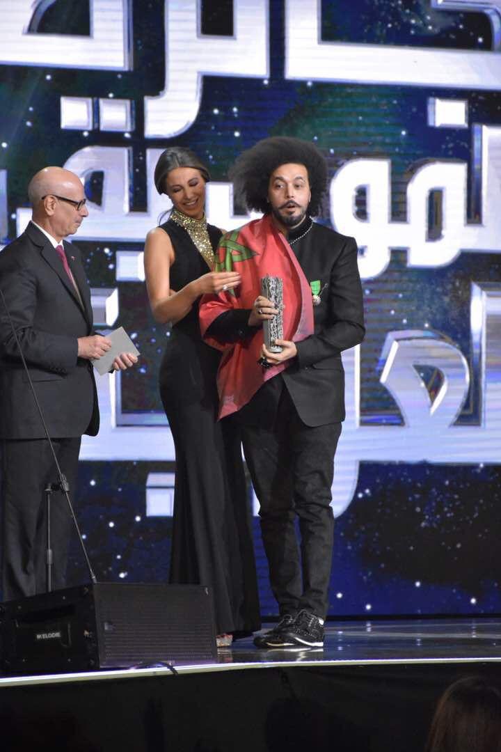 أنابيلا هلال تضع العلم المغربي على كتفيّ النجم المغربي عبد الفتاح الجريني