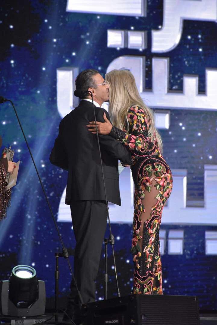 مايا دياب تقبّل د. نادر صعب وتشكره على كلامه اللطيف