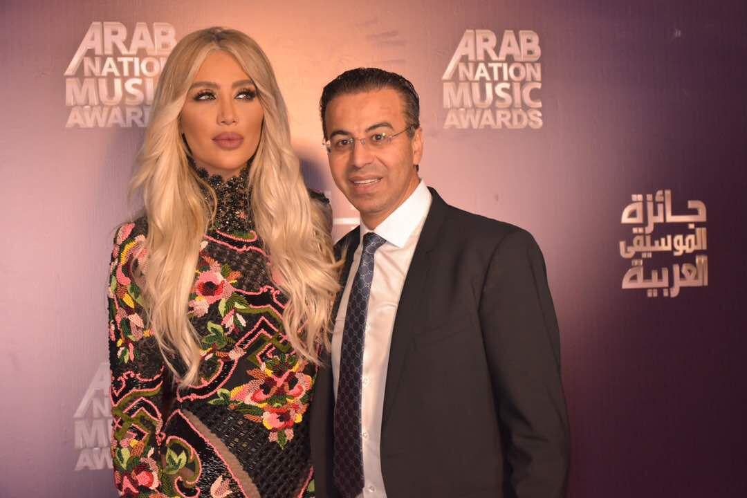 صورة عادية تجمع بين د. نادر صعب والنجمة اللبنانية أنابيلا هلال