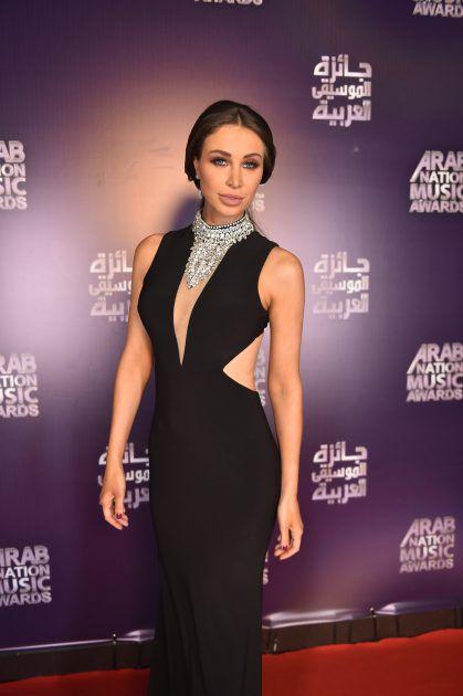 الإعلامية اللبنانية أنابيلا هلال تألقت بفستان أسود على السجادة الحمراء