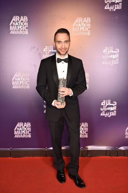 المطرب المصري حسام حبيب يحمل جائزة أفضل ديو غنائي