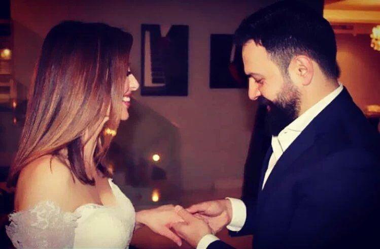 النجم السوري تيم حسن يضع خاتم الزواج بيد الإعلامية المصرية فاء الكيلاني