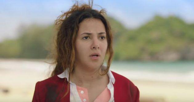 دنيا سمير غانم بثياب المضيفة على شاطيء الجزيرة