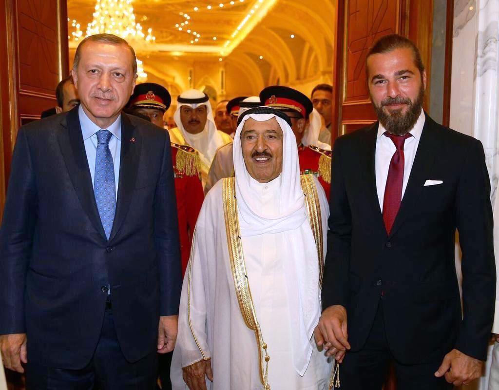 الممثل التركي أنجين ألتن ورئيس تركيا رجا الطيب أردوغان يتوسطهما أمير الكويت الشيخ صباح