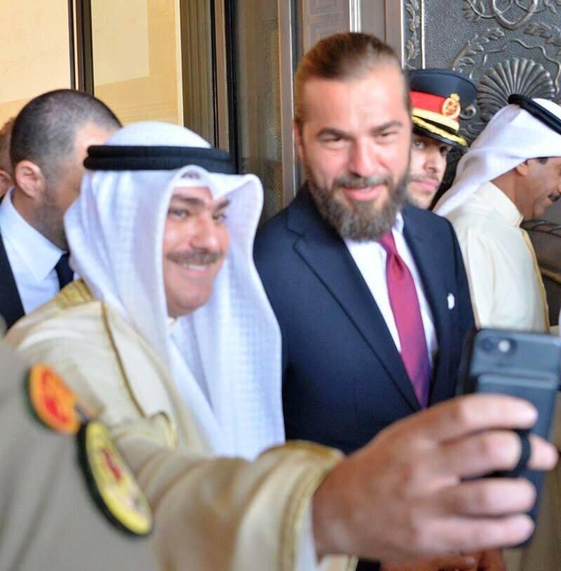 أنجن ألتين مع مسؤول في دولة الكويت