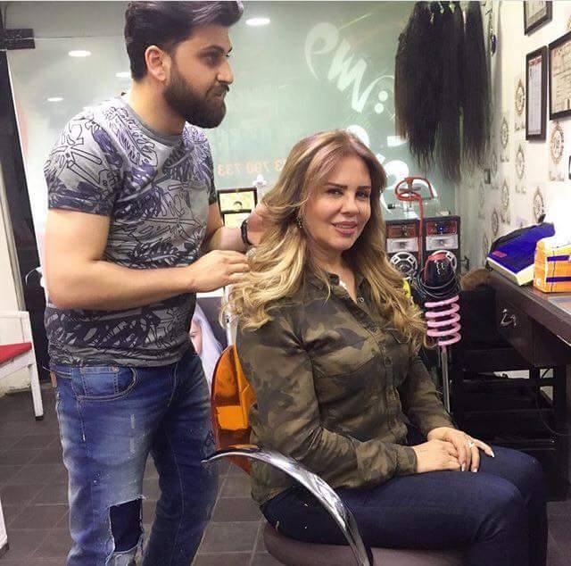 سلمى المصري في الكواليس وتصفف شعرها