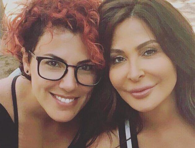 المطربة اللبنانية إليسا برفقة المخرجة إنجي جمال في كواليس تصوير فيديو كليبها الجديد (عكس اللي شايفنها)