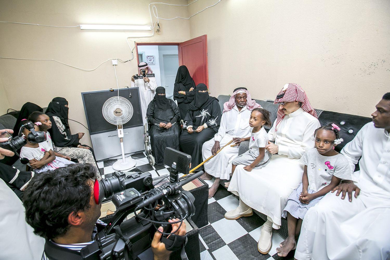 الأمير الوليد بن طلال يأمر بتسليم 200 سيارة