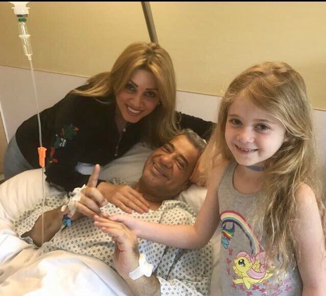الإعلامي مصطفى الآغا مع زوجته وابنته