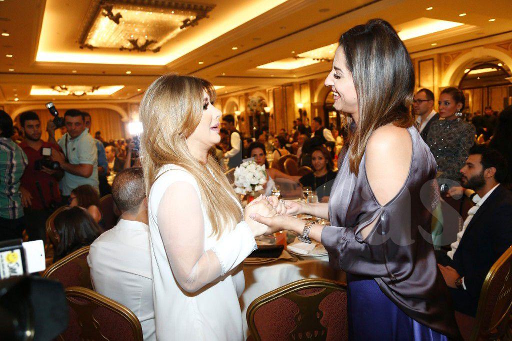 حنان مطاوع تلقي التحية على أصالة نصري في حفل افطار جمال سنان وماغي بو غصن