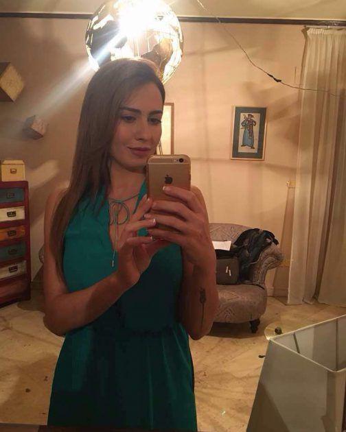 النجمة السورية ميسون أبو أسعد في كواليس تصوير مسلسل (قصر العشاق)