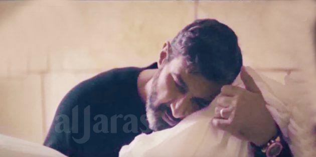 ياسر جلال يحاول سماع دقات قلب طفله المقتول قبل دفنه