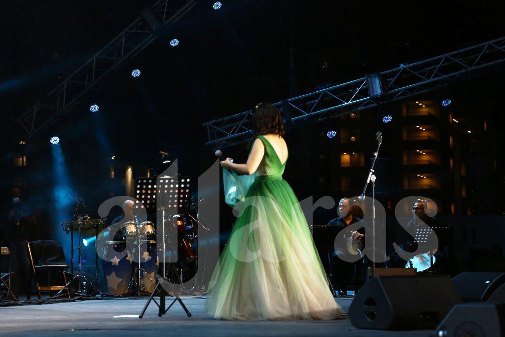 شيرين عبد الوهاب وبعد كل أغنية تنظر إلى ابنتيها المتواجدتين خلف المسرح