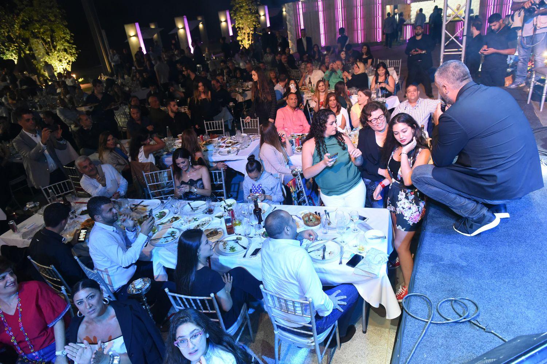 فارس كرم يركع ليلتقط صورة مع جمهوره