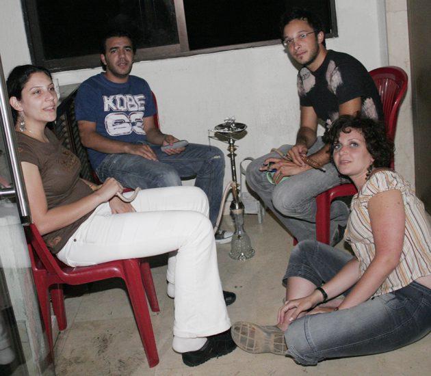 ليال نجيب تفترش الأرض وسارة تابت ورجا ناصر الدين في حرب تموز 2006 قبل أن نهرب من مكاتبنا
