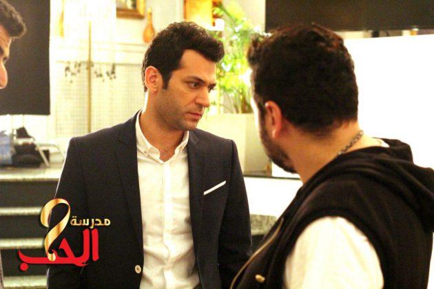 النجم التركي مراد يلدريم في لقطة من مسلسل (مدرسة الحب)