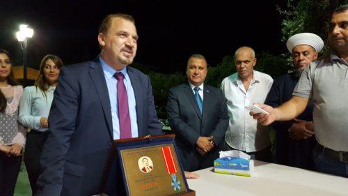 خالد الشيخ يحمل جائزته التكريمية