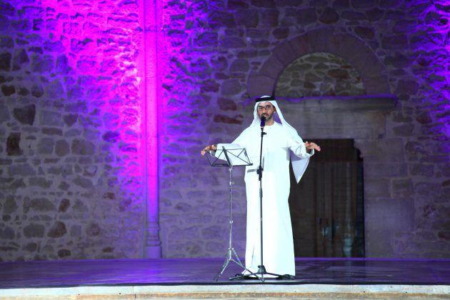 خالد الظنحاني أثناء مشاركته الشعرية