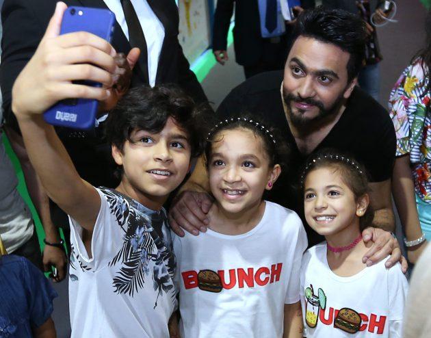 تامر حسني وسلفي مع الأطفال