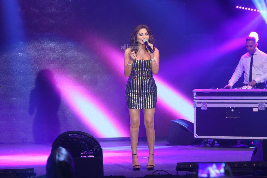 النجمة اللبنانية اليسا فو دخولها على المسرح