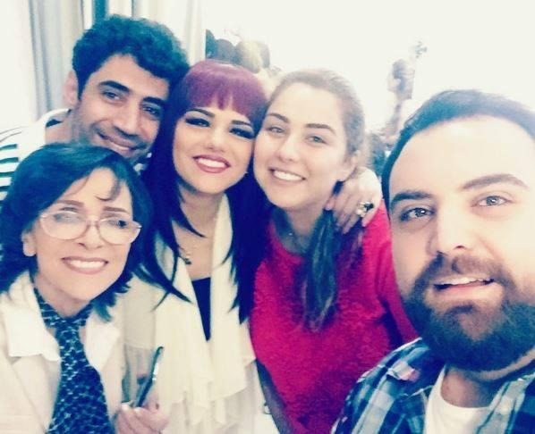 النجم السوري محمد حداقي وزوجته مع النجمة القديرة سامية الجزائري بأحدث صورة ودانا مرديني